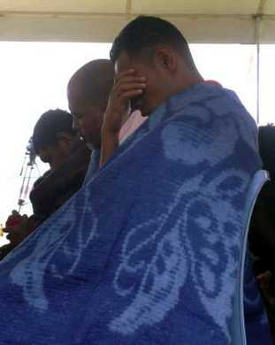 Survivors of Princess Ashika pray after their arrival at Fu'amotu airport August 7, 2009. The number of people missing after a ferry sank off the coast of the Pacific Island.  REUTERS/Matangi Tonga Online (TONGA DISASTER) REUTERS/HO