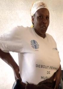 ″Nyaba trois″, la mère de trois jumeaux, avec son -shirt ″Debout femme de Mugunga″, est conseillère au Programme Violences Sexuelles de Caritas Goma. Credit: Caritas Congo