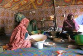 Des femmes de coopératives préparant le couscous déstiné à la vente
