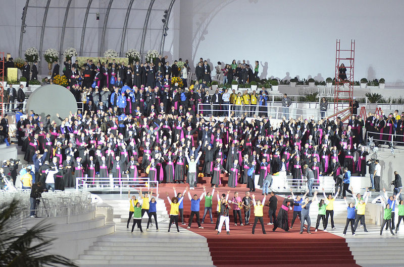 Dozens of bishops and millions of pilgrims take part in a flash mob on the evening of the WYD vigil. Copyright: WYD 2013