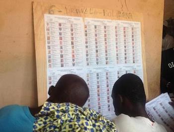 Liste des électeurs d'un bureau de vote, lors du premier tour de l'élection présidentielle dimanche 28 juillet. © Caritas Mali